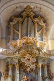 Bello organo dorato scolpito nella chiesa di Frauenkirche a Dresda, Germania immagini stock