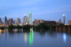 Bello orizzonte di Dallas della città alla notte fotografie stock