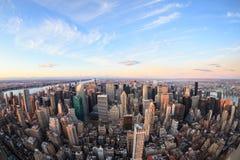 Bello orizzonte di New York con i grattacieli urbani Fotografie Stock Libere da Diritti