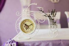Bello orologio d'annata sulla tavola Primo piano immagine stock