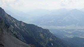 Bello paesaggio alpino in montagne più selvagge del kaiser stock footage