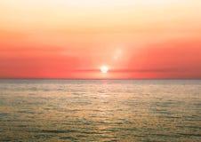 Bello paesaggio ardente di tramonto su un mare Fotografie Stock