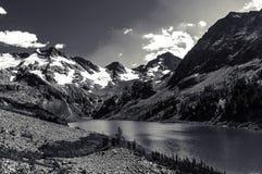 Bello paesaggio in bianco e nero ed alte montagne nevose Fotografia Stock