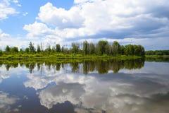Bello paesaggio circa la riflessione delle nuvole nel lago Fotografia Stock Libera da Diritti