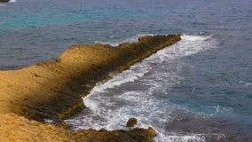 Bello paesaggio con capo roccioso ed onde in oceano archivi video