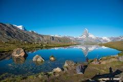 Bello paesaggio con il Cervino nelle alpi e nel lago svizzeri Stellisee, vicino a Zermatt, la Svizzera, Europa Fotografia Stock