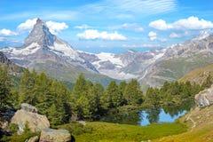 Bello paesaggio con il Cervino nelle alpi svizzere, vicino Fotografie Stock