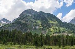 Bello paesaggio con il giorno soleggiato luminoso delle alte montagne Fotografie Stock Libere da Diritti