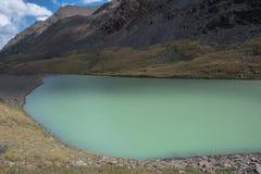 Bello paesaggio con il lago del turchese immagine stock libera da diritti