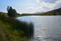 Bello paesaggio con il lago del turchese immagine stock