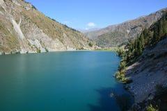 Bello paesaggio con il lago del turchese immagini stock