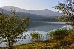 Bello paesaggio con il lago del turchese fotografie stock libere da diritti
