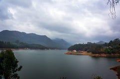 Bello paesaggio con il lago della montagna in mezzo delle alte montagne con le piantagioni di tè ed il cielo della nuvola Fotografie Stock