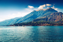 Bello paesaggio con il lago e le alpi Como Fotografia Stock