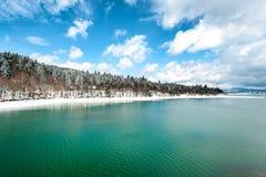 Bello paesaggio con il lago nel tempo di primavera Immagini Stock