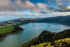Bello paesaggio con il lago vulcanico e la foresta che circondano dentro fotografia stock libera da diritti
