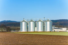 Bello paesaggio con il silo e l'acro Fotografie Stock Libere da Diritti
