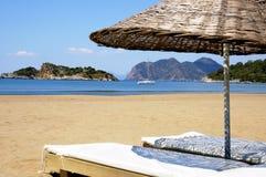 Bello paesaggio con l'yacht sulla spiaggia Fotografia Stock
