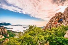 Bello paesaggio con la foschia di mattina sulla sommità di Sorakshan in Corea del Sud immagini stock