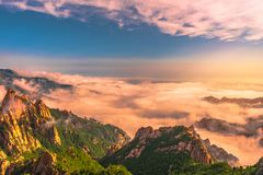 Bello paesaggio con la foschia di mattina sulla sommità di Sorakshan in Corea del Sud Fotografia Stock