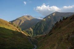 Bello paesaggio con la vista del paesaggio del lakeMountain del turchese nel Kirghizistan Erba verde nella vista della valle dell immagine stock