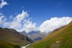 Bello paesaggio con la vista del paesaggio del lakeMountain del turchese nel Kirghizistan Erba verde nella vista della valle dell fotografia stock