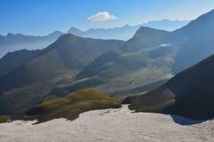 Bello paesaggio con la vista del paesaggio del lakeMountain del turchese nel Kirghizistan Erba verde nella vista della valle dell immagini stock libere da diritti