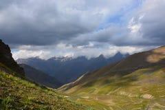 Bello paesaggio con la vista del paesaggio del lakeMountain del turchese nel Kirghizistan Erba verde nella vista della valle dell immagine stock libera da diritti