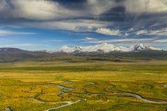 Bello paesaggio con le alte montagne Fotografia Stock