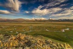 Bello paesaggio con le alte montagne Fotografie Stock