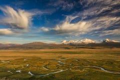 Bello paesaggio con le alte montagne Fotografia Stock Libera da Diritti