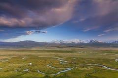 Bello paesaggio con le alte montagne Immagine Stock