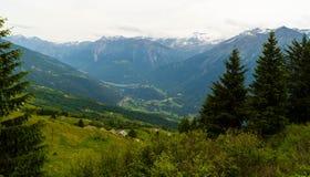 Bello paesaggio con le città contro lo sfondo di grandi montagne 2800 m. sopra il livello del mare Fotografie Stock Libere da Diritti