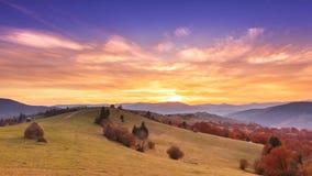 Bello paesaggio con le colline e i mountais archivi video