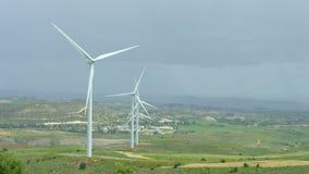 Bello paesaggio con le colline verdi ed i generatori eolici giranti, energia verde video d archivio