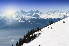 Bello paesaggio con le montagne di Snowy Cielo blu orizzontale Immagine Stock