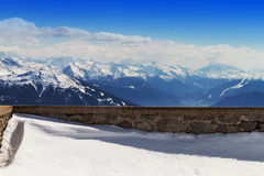 Bello paesaggio con le montagne di Snowy Cielo blu orizzontale Fotografia Stock