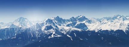 Bello paesaggio con le montagne di Snowy Cielo blu orizzontale Fotografie Stock