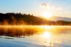 Bello paesaggio con le montagne e lago all'alba nei toni blu ed arancio dorati La Slovacchia, Europa centrale, regione Fotografia Stock Libera da Diritti