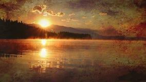 Bello paesaggio con le montagne e lago all'alba nei toni dorati, blu e porpora Vecchio effetto archivi video