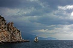 Bello paesaggio con le montagne, il mare, i fiori e le foreste Fotografia Stock