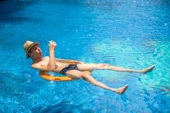 Bello paesaggio con una piscina nell'hotel fotografie stock libere da diritti