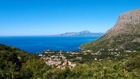 Bello paesaggio con una vista del mare, rocce, la cittadina di Maratea, Basilicata, Italia immagine stock libera da diritti