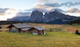 Bello paesaggio da Alpe di Siusi, Italia in Li di alba di estate Immagini Stock