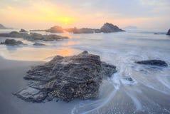 Bello paesaggio del cielo albeggiante dalla spiaggia rocciosa in Taiwan del Nord Immagine Stock Libera da Diritti