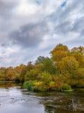 Bello paesaggio del fiume di autunno con gli alberi variopinti Fotografia Stock Libera da Diritti