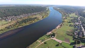 Bello paesaggio del fiume Siluetta dell'uomo Cowering di affari video d archivio
