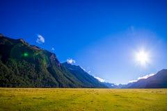 Bello paesaggio del ghiacciaio dell'alta montagna a Milford Sound con un sole nel cielo, in isola del sud in Nuova Zelanda Fotografia Stock