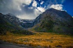 Bello paesaggio del ghiacciaio dell'alta montagna a Milford Sound, in isola del sud in Nuova Zelanda Fotografia Stock