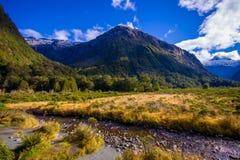 Bello paesaggio del ghiacciaio dell'alta montagna a Milford Sound, in isola del sud in Nuova Zelanda Fotografia Stock Libera da Diritti